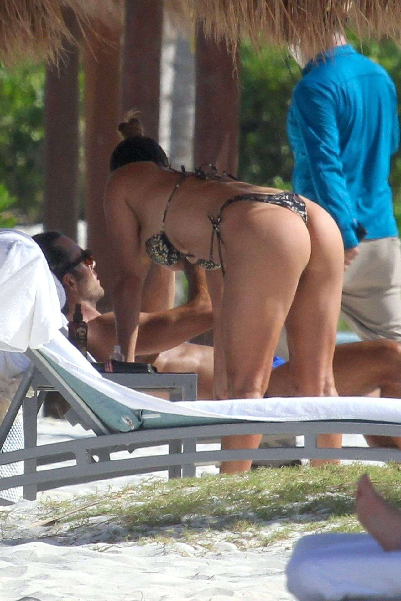 Lola Ponce Booty in Bikini, Enjoys a Beach Day with Her Family